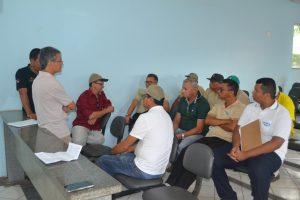 Diretor de Endemias da 12ª Regional de Saúde (de vermelho) conversando com sua equipe