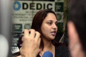 Delegada Viviane Costa falando após depoimento de Marcos (Foto: Roberto Teixeira/ EGO)