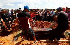 Em Redenção, parentes enterram vítimas de chacina no sudeste do Pará. (Foto: Lunae Parracho/Reuters)