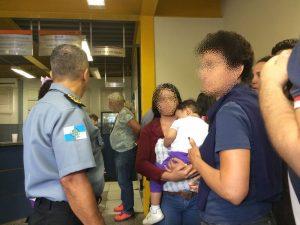 Criança foi levada por criminosos em van escolas na manhã desta sexta (11) (Foto: Bruno Albernaz / G1)