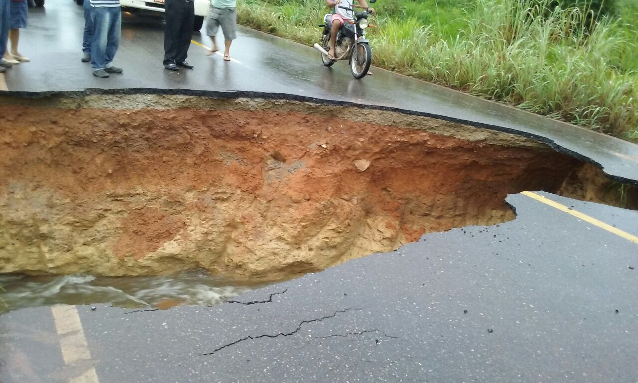 Foto de Forte chuva abre cratera na BR 155 no Sul do Pará e deixa o transito parado