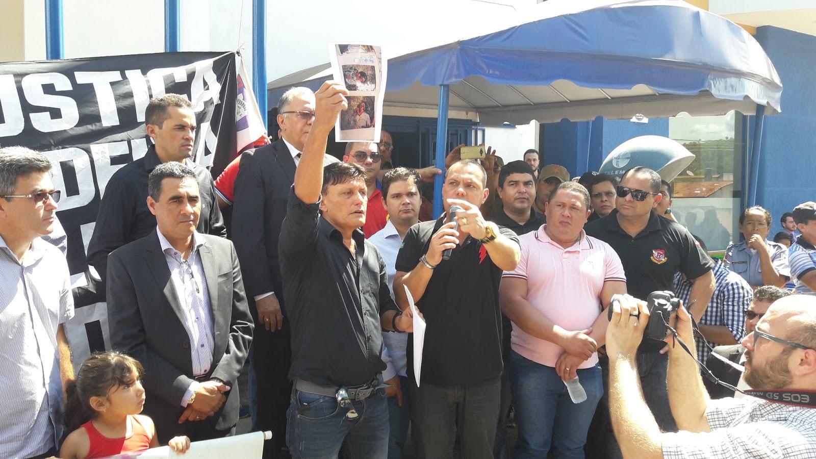 Foto de Deputados participam de manifestação de apoio aos policiais afastados em Redenção