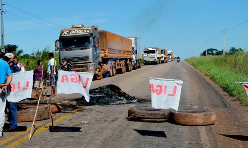 Foto de Colonos interditam BR 158 em Santana do Araguaia