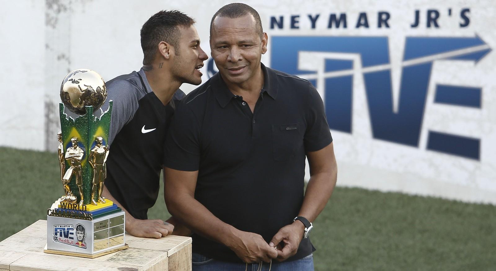 Foto de Neymar deve fazer exames na quinta em Paris e ser apresentado na sexta