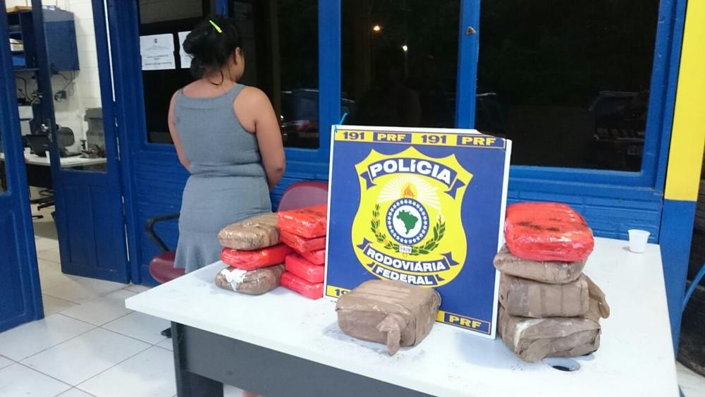Foto de Mulher que viajava com filha de 3 anos é presa com droga na mala em Santarém
