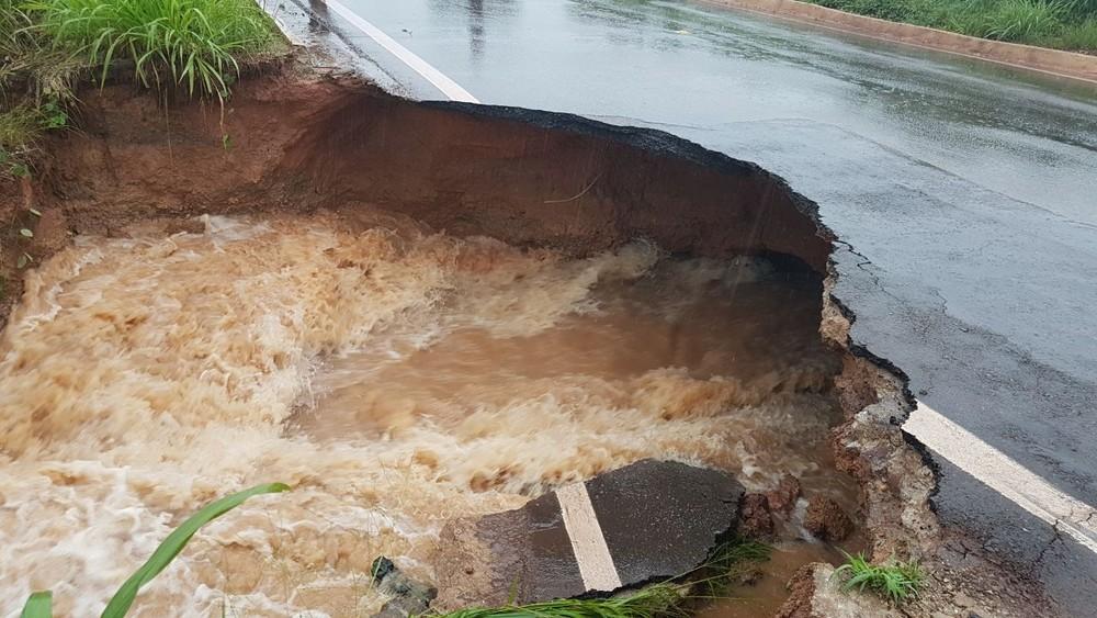 Foto de Novo trecho da BR-155 cede e interdita tráfego no sudeste do Pará