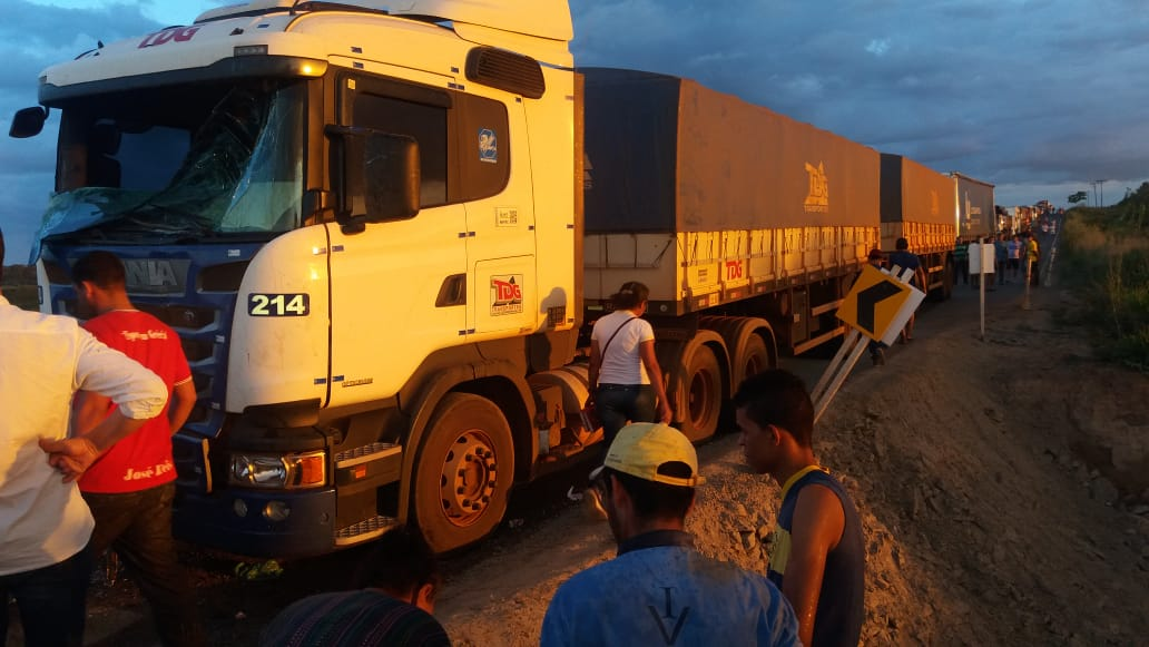 Foto de Acidente entre dois caminhões deixa um ferido na BR-155 próximo a cidade de Sapucaia
