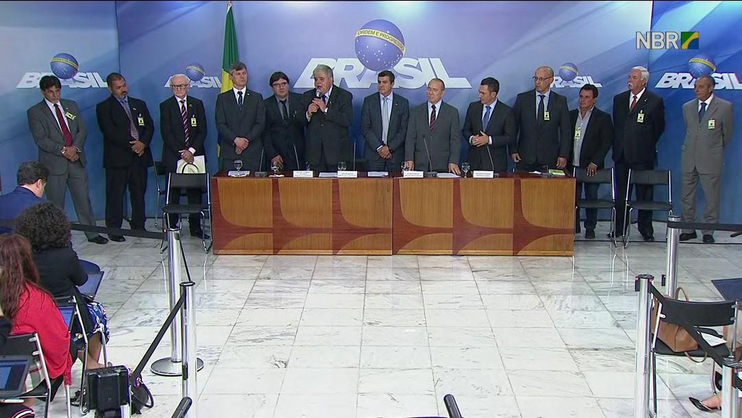 Foto de Governo e caminhoneiros anunciam proposta de acordo para suspender paralisação por 15 dias