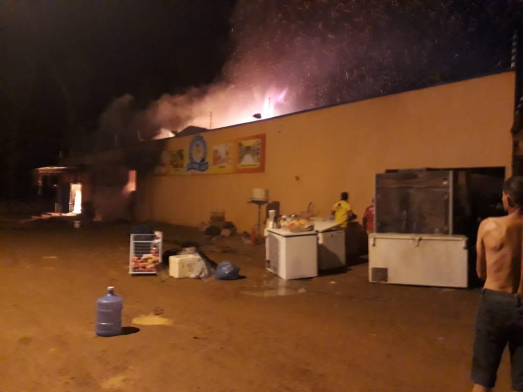 Foto de INCÊNDIO: Supermercado fica completamente destruído com fogo que pode ter sido ocasionado por um curto-circuito
