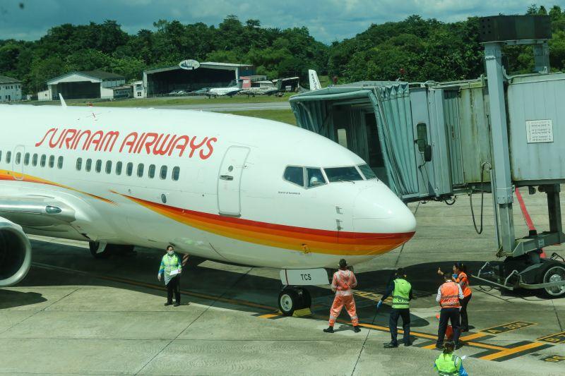 Foto de Brasileiros assintomáticos para covid-19 que estavam em Paramaribo, desembarcam no aeroporto de Belém